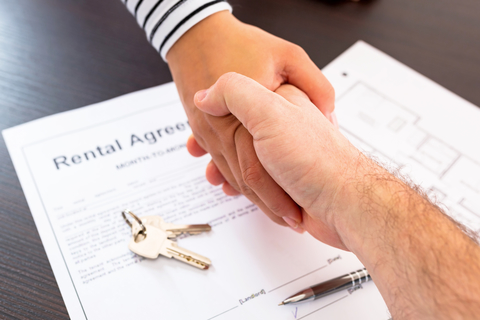 A-renters-agreement-being-signed